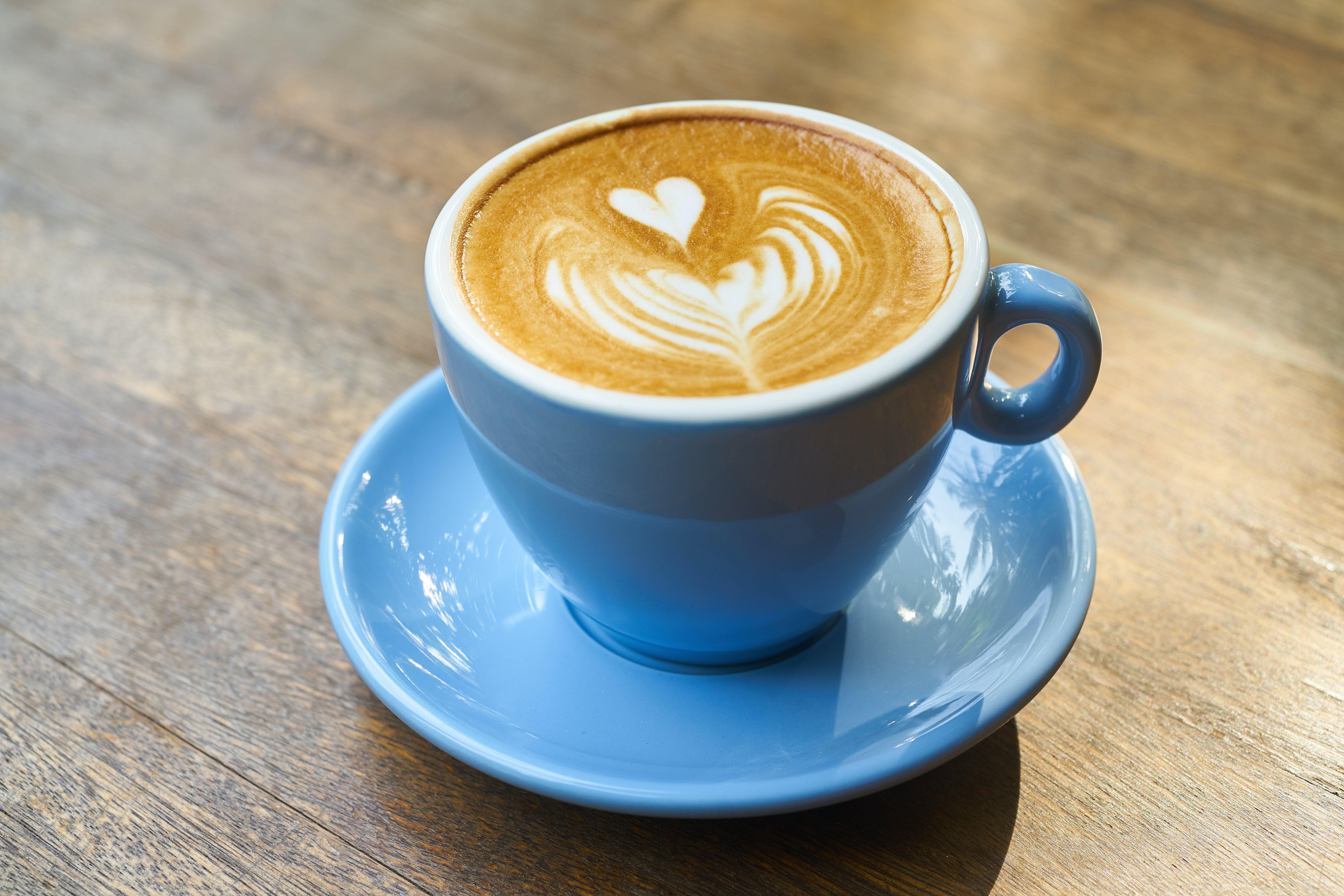 Základová fotografie zdarma na téma caffè latte, caffè latte art, design, dřevo