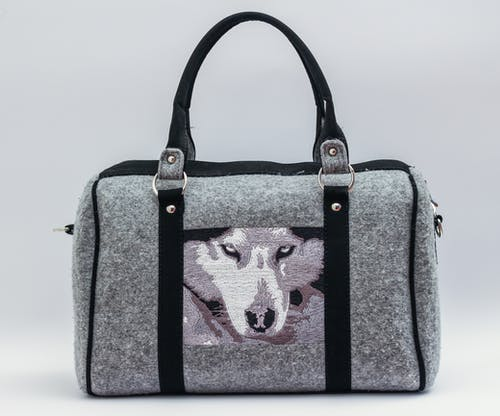 グレーとブラックのオオカミグラフィックハンドバッグ