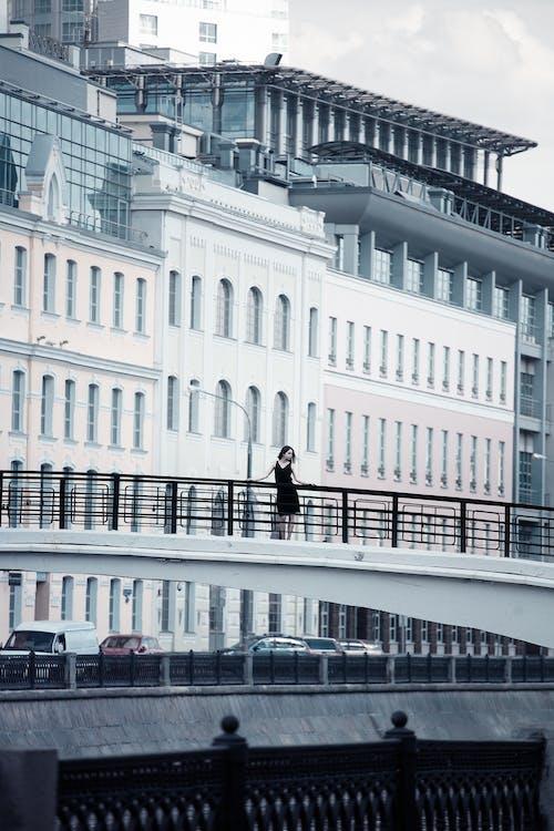 Fotobanka sbezplatnými fotkami na tému architektúra, autá, budova, centrum mesta