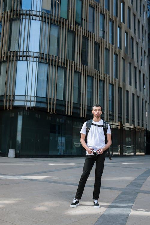 Fotos de stock gratuitas de al aire libre, arquitectura moderna, de pie, edificio de oficinas