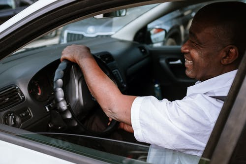 Kostenloses Stock Foto zu afroamerikaner, auf dem weg, auto, autofenster