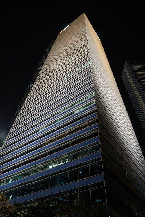 회색 고층 빌딩
