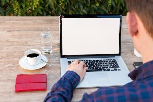 Δωρεάν στοκ φωτογραφιών με dult, laptop, απομακρυσμένη εργασία, γυαλί