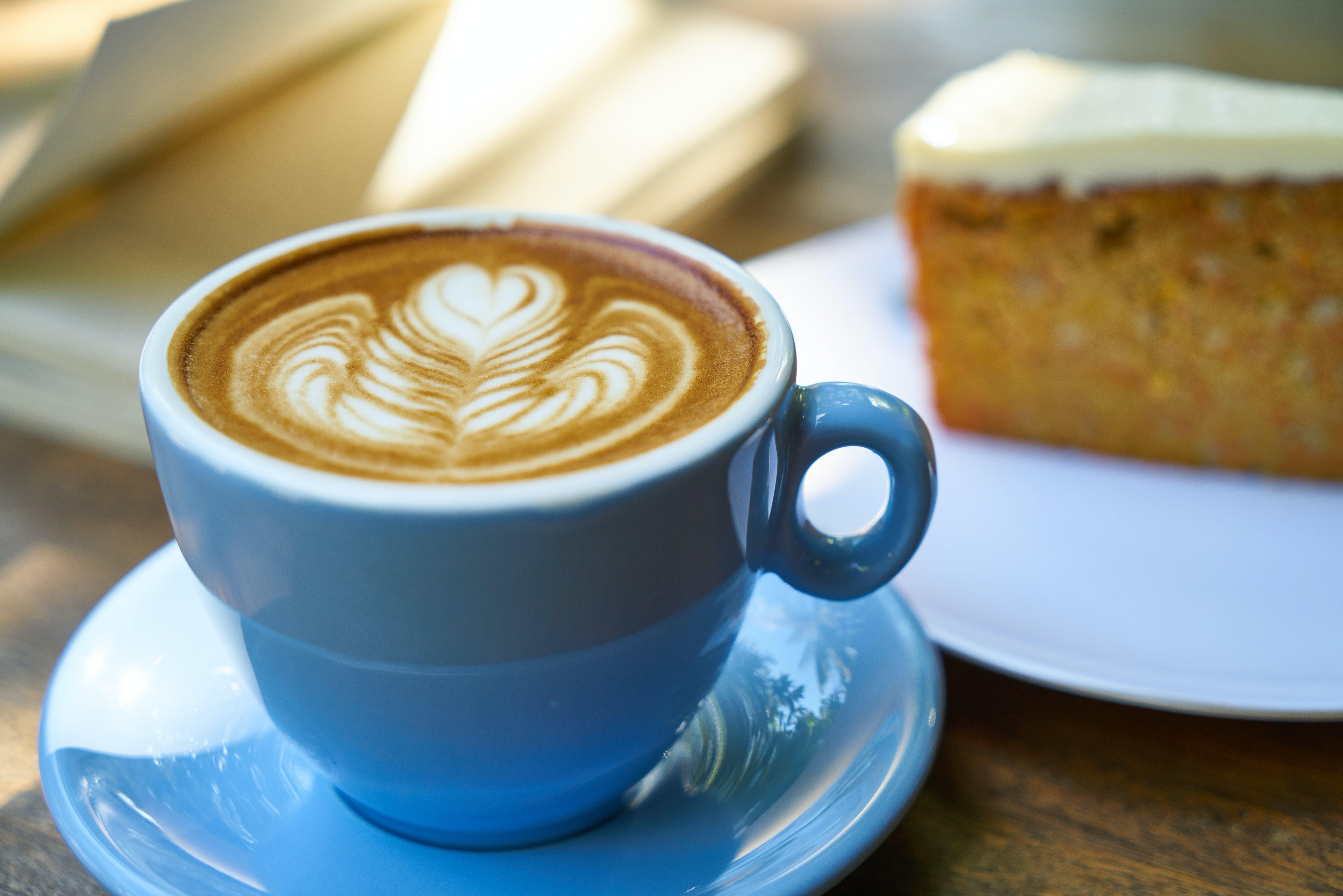 Základová fotografie zdarma na téma caffè latte, caffè latte art, dort, dřevo