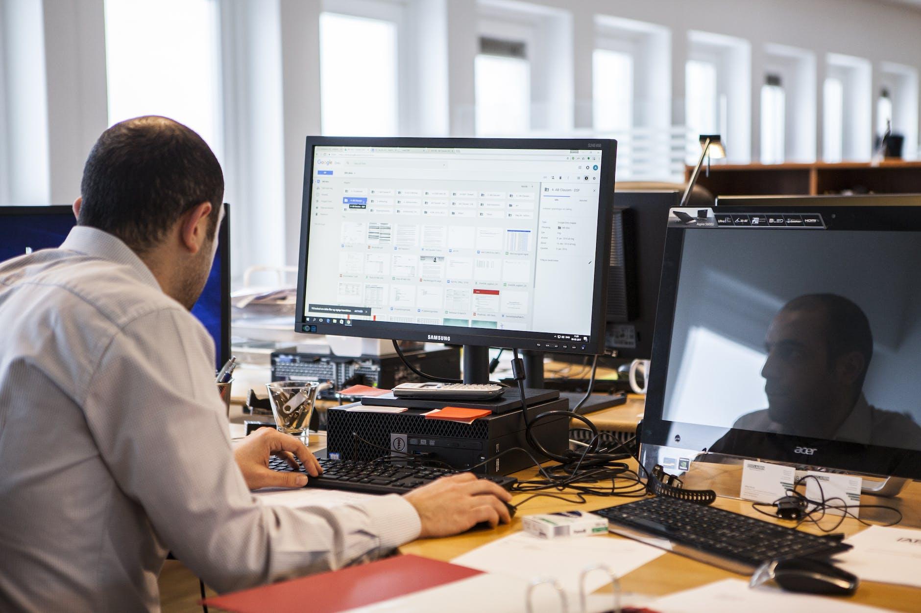 O que é crucial na organização empresarial?