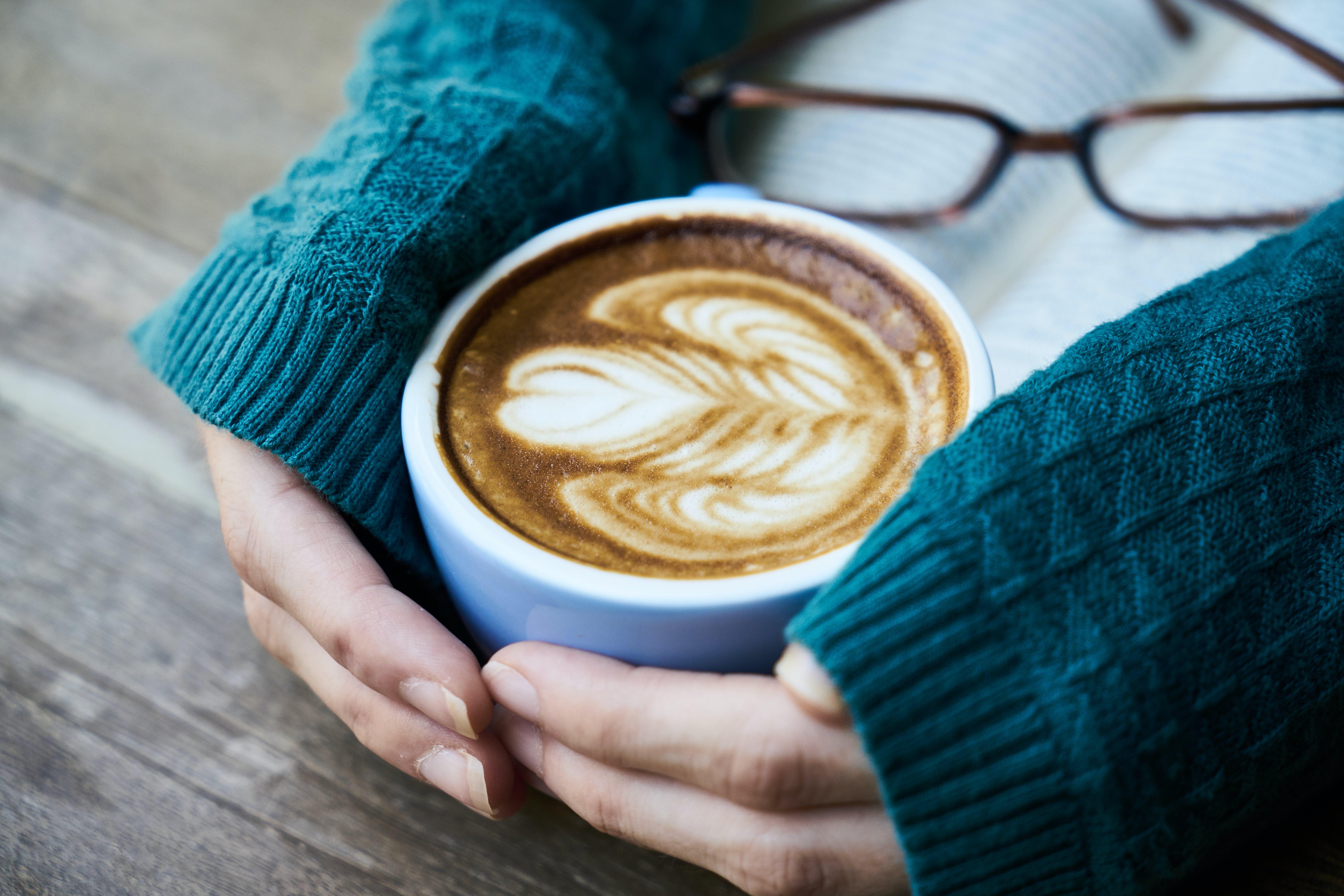 Základová fotografie zdarma na téma brýle, caffè latte, caffè latte art, dřevěný
