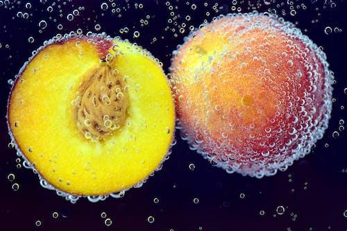 Fotobanka sbezplatnými fotkami na tému broskyňa, broskyne, bubliny vo vode, čerstvé ovocie