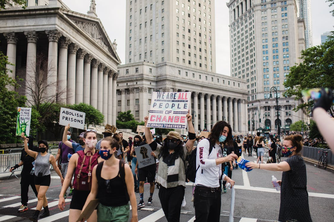 Multitud De Manifestantes Con Carteles