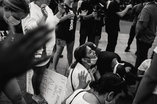 Základová fotografie zdarma na téma černobílá, dav, lidé, modlení