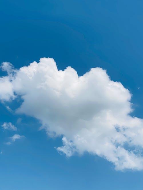 White cloud in blue sky in daylight