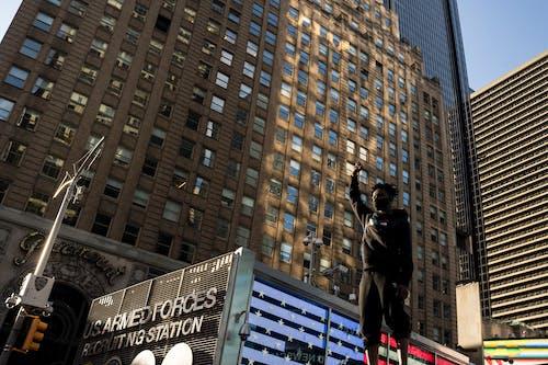 Foto profissional grátis de ângulo baixo, arranha-céu, ativismo, ativista