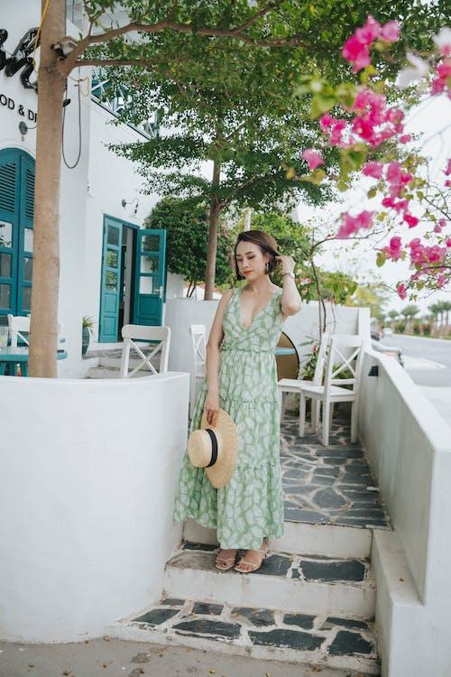 亞洲女人, 亞洲女性, 低頭看 的 免費圖庫相片