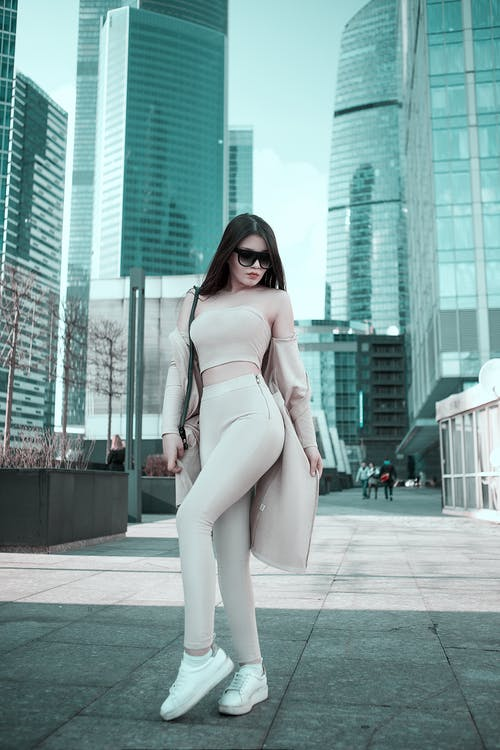 Gratis stockfoto met architectuur, benen, broek, fashion