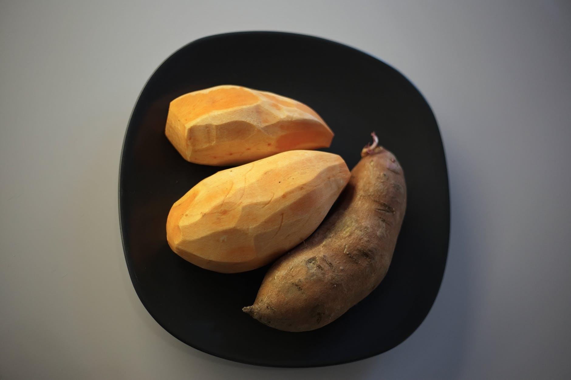 Sweet potatoes on black plate | Photo: Pexels