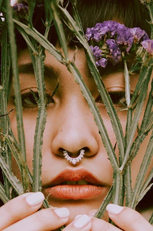 Женщина с красной помадой и фиолетовым цветком на лице