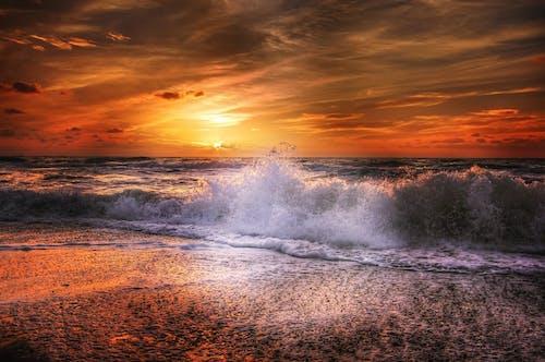 Бесплатное стоковое фото с вода, волны, восход, всплеск