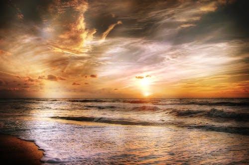 akşam, altın, bulutlar, dalgalar içeren Ücretsiz stok fotoğraf