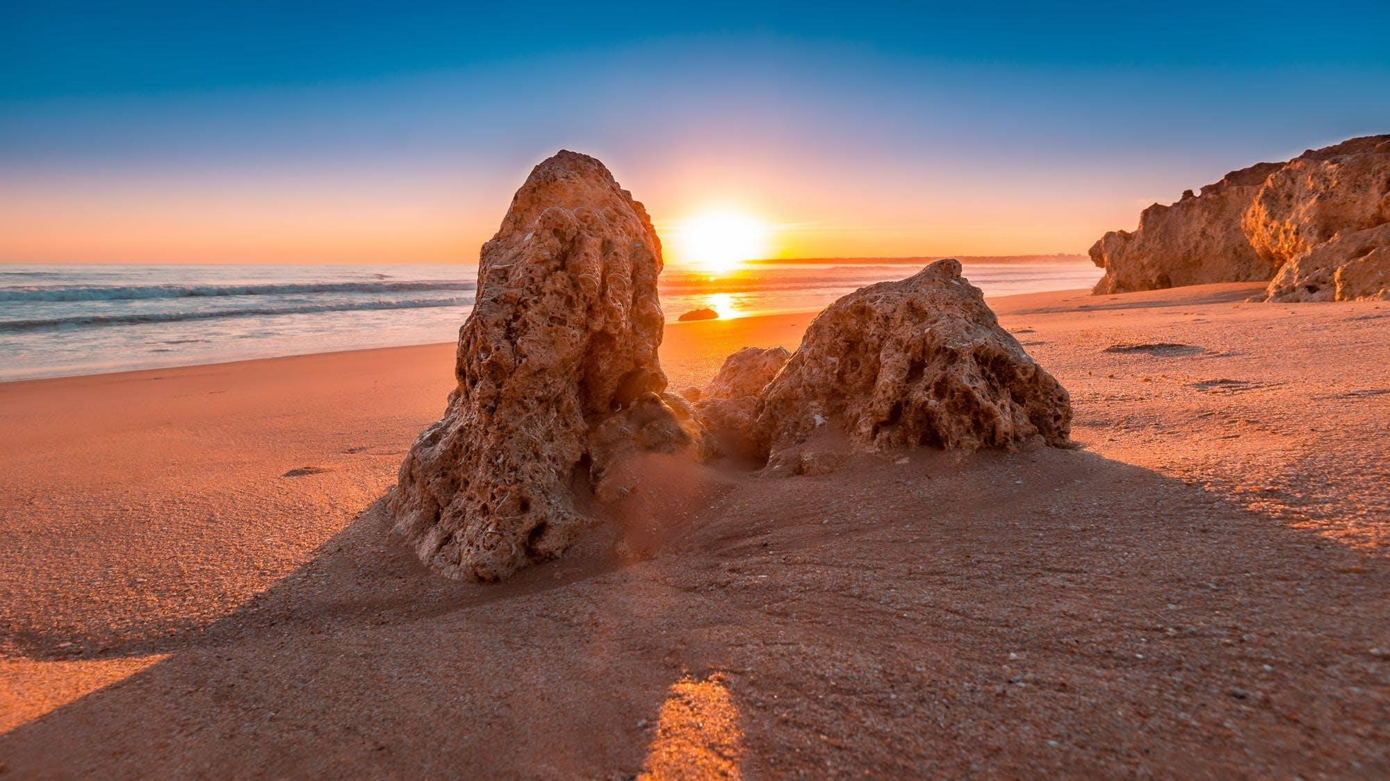 Безкоштовне стокове фото на тему «берег моря, вода, Захід сонця, камені»