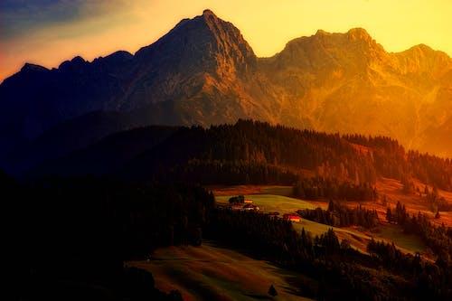 Δωρεάν στοκ φωτογραφιών με αγρόκτημα, βουνά, γήπεδο, γρασίδι