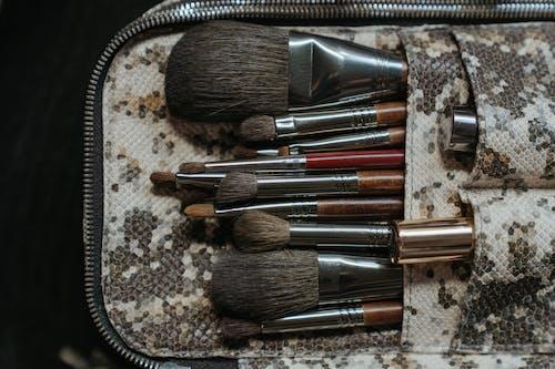 Pinceaux De Maquillage Sur Textile Marron Et Blanc