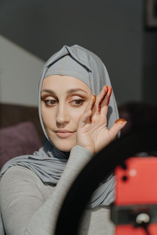 Mujer, En, Gris, Hijab, Cubierta, Cara, Con, Gris, Textil