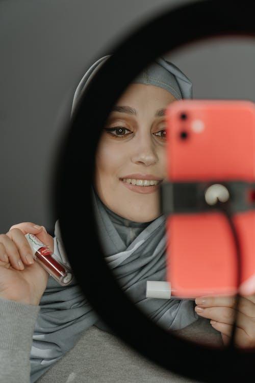 Δωρεάν στοκ φωτογραφιών με blogger, selfie, γυναίκα, εσωτερικοί χώροι