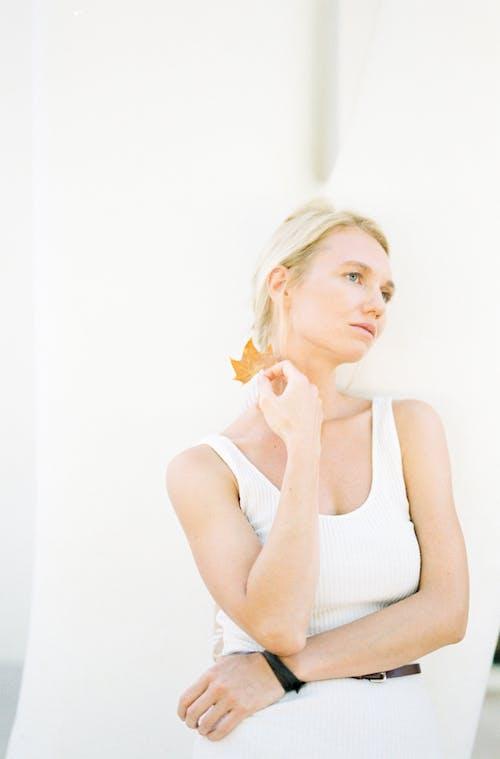 Photo D'une Femme Portant Un Débardeur Blanc