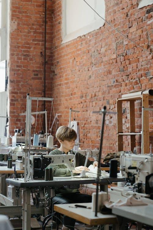 Kostenloses Stock Foto zu atelier, ausrüstung, backsteinmauer
