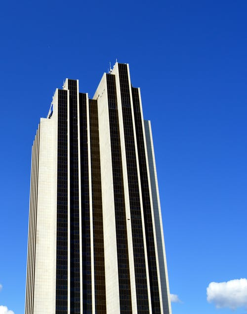 Серое высотное здание