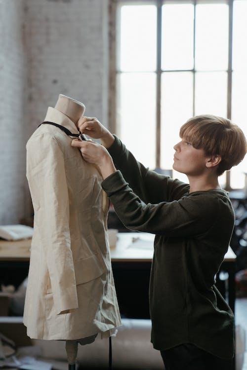 Fotos de stock gratuitas de alcantarilla, artesanía, costurera, diseñando