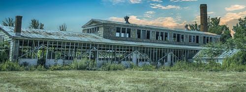 Gratis lagerfoto af arkitektur, bygning, forladt, græs