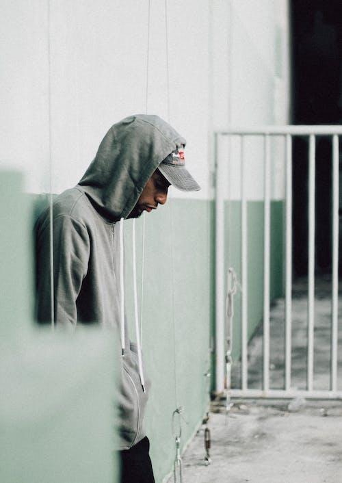 Základová fotografie zdarma na téma 1 hombre, abrigo verde, bezpečnost, blanco
