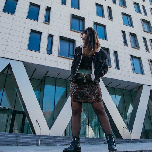 거리, 건물, 소녀의 무료 스톡 사진