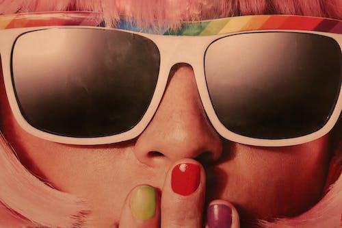 Δωρεάν στοκ φωτογραφιών με 70s, βερνίκι νυχιών, γυαλιά ηλίου, γυναίκα