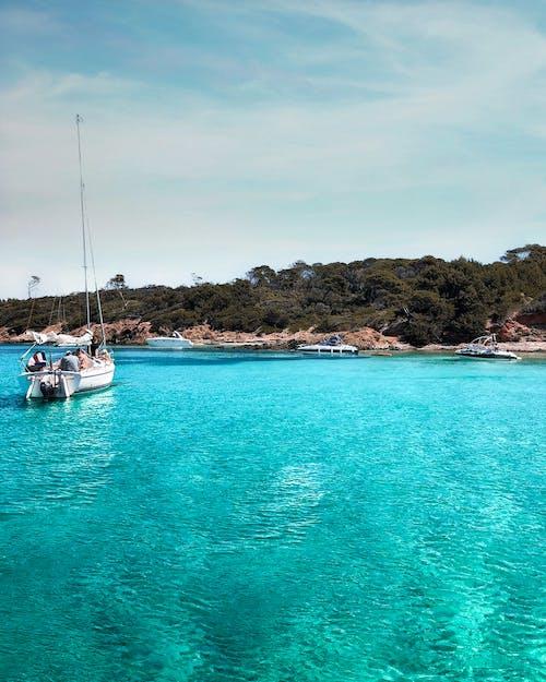 ada, deniz, deniz aracı, deniz kıyısı içeren Ücretsiz stok fotoğraf