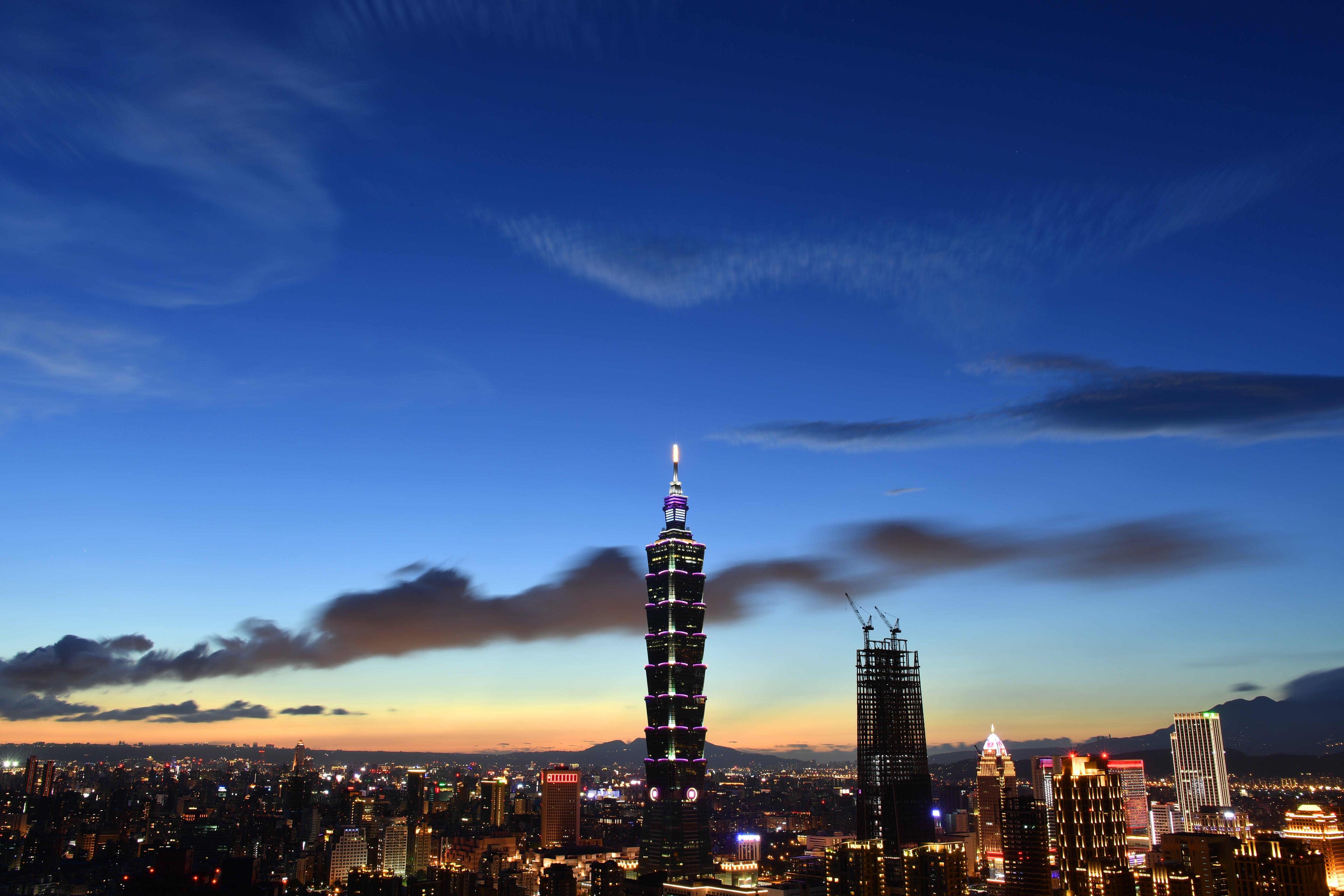 akşam, aydınlatılmış, binalar, gece içeren Ücretsiz stok fotoğraf