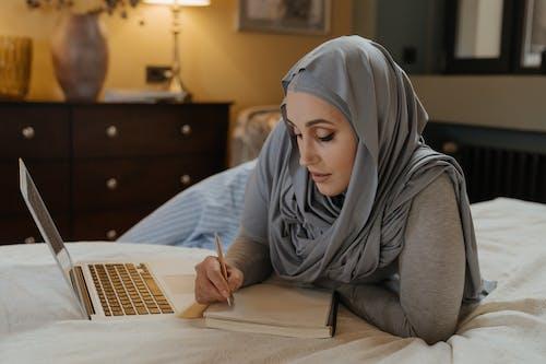 Femme En Hijab Gris à L'aide De Macbook Air