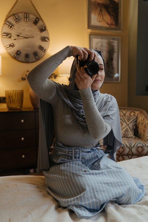 Ilmainen kuvapankkikuva tunnisteilla hijab, islamilainen, istuminen, kamera