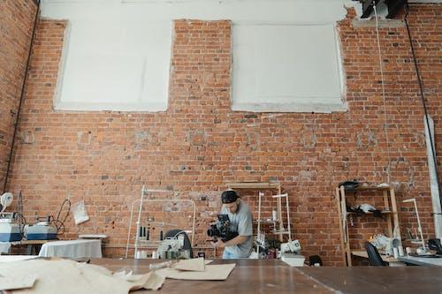 Foto stok gratis bengkel, dalam ruangan, di belakang panggung