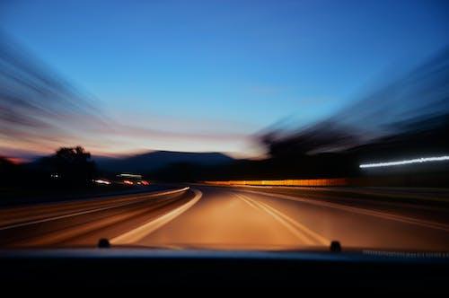 Kostenloses Stock Foto zu auto, autobahn, fahren, geschwindigkeit