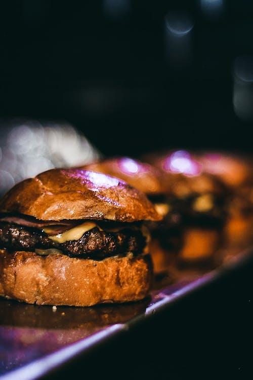 akşam yemeği, bulanıklık, burger, büyümek içeren Ücretsiz stok fotoğraf