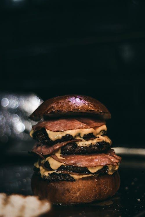 akşam yemeği, burger, cheeseburger, çikolata içeren Ücretsiz stok fotoğraf