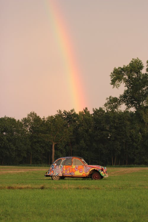Ilmainen kuvapankkikuva tunnisteilla citroen 2cv, maalattu auto, sateenkaari