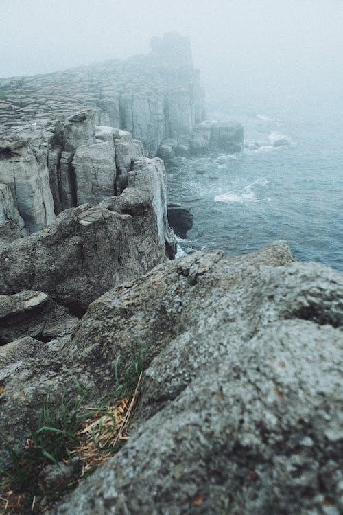 Gratis arkivbilde med bergformasjoner, bølger, dagslys, flyfoto