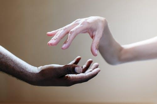 Kostenloses Stock Foto zu begrifflich, berühren, einheit, händchen halten