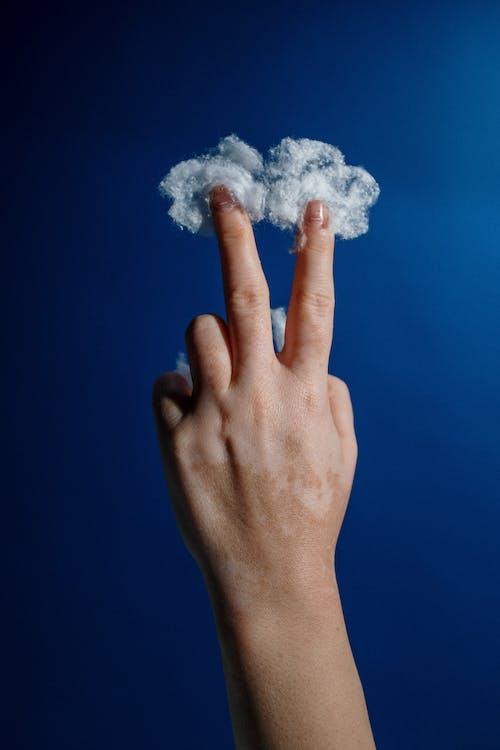 cilt, el, el hareketi içeren Ücretsiz stok fotoğraf