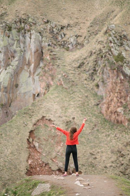Photos gratuites de aventure, bras levés, campagne
