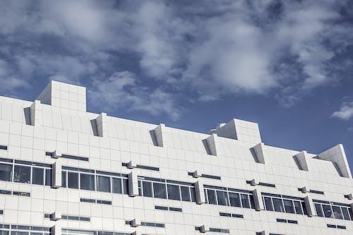 Darmowe zdjęcie z galerii z biały, budynek, chmury