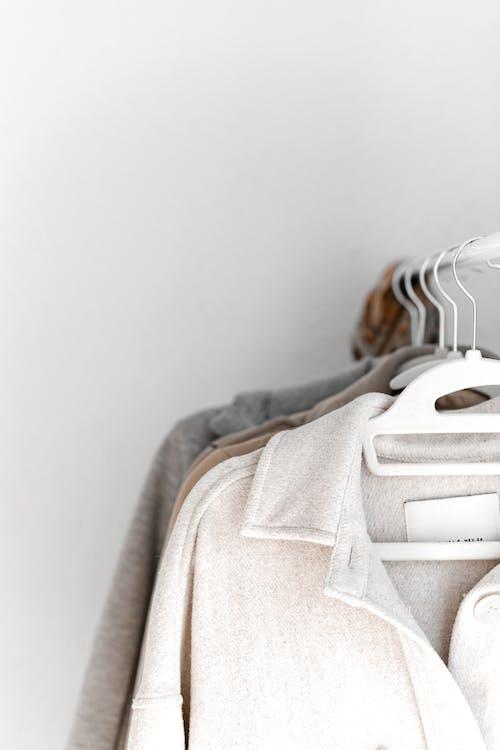 Бесплатное стоковое фото с багаж, в помещении, вешалка