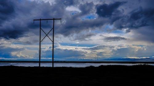 Fotobanka sbezplatnými fotkami na tému elektrické stĺpy, hracie pole, ihrisko, mraky